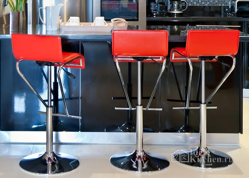 красные стулья в стиле хай-тек в интерьере кухни