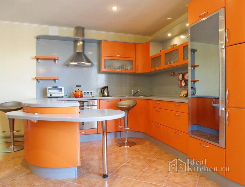 оранжевая кухня с серым фартуком и столешницей