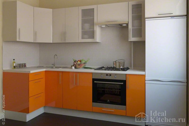 бежево-оранжевый кухонный гарнитур с угловой планировкой