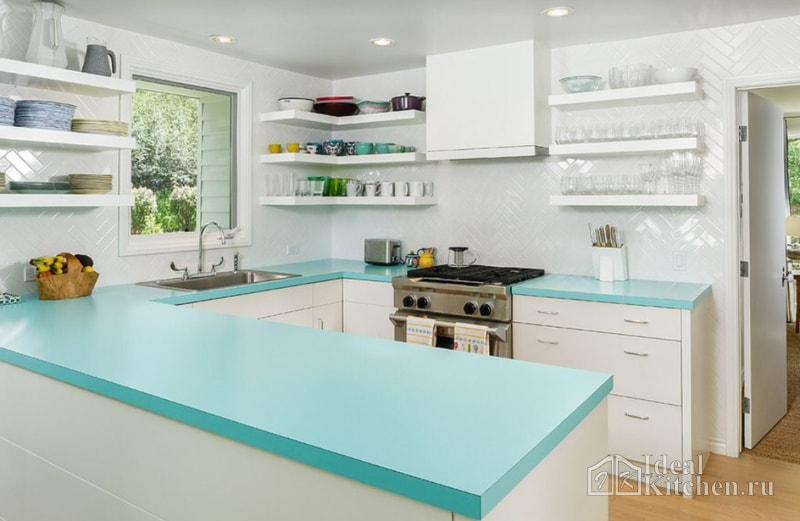 белая кухня с бирюзовой столешницей