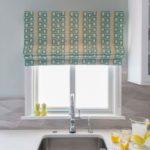 бирюзовые римские шторы на кухне