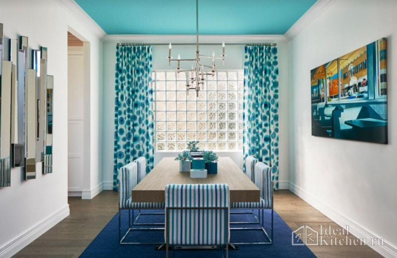 бирюзовый потолок в гостиной-столовой