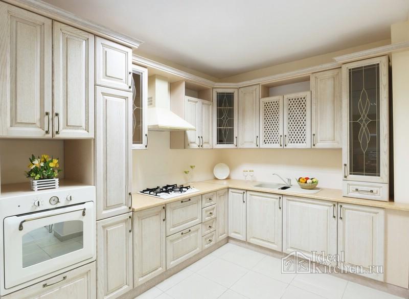 большая Г-образная кухня в частном доме
