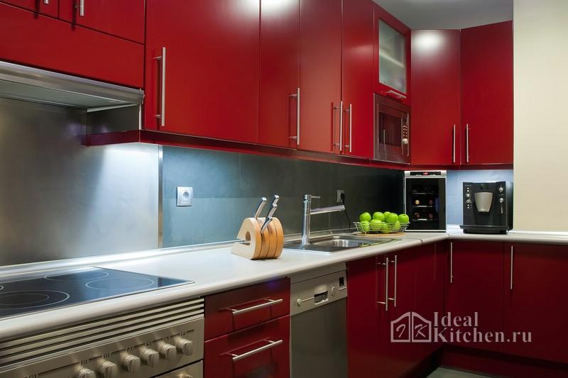 современный интерьер красной кухни