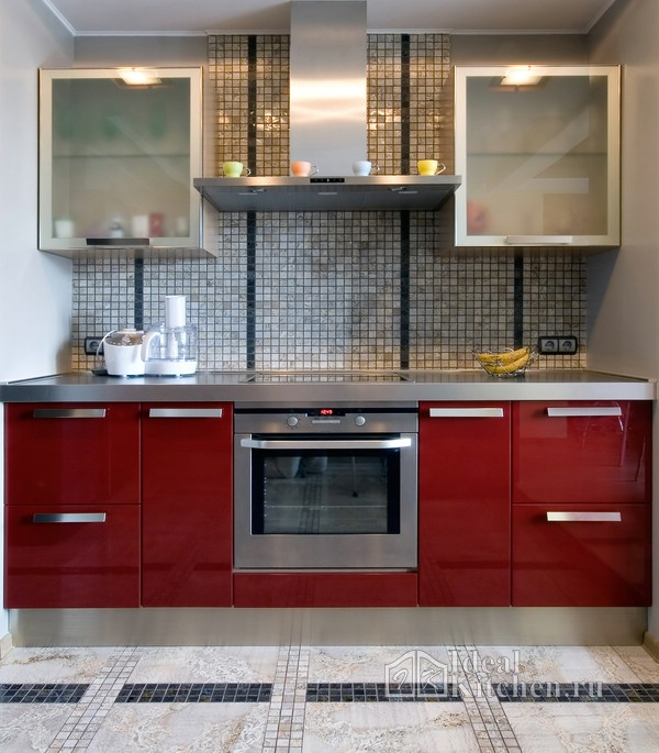 бордовая глянцевая кухня с плиткой под камень