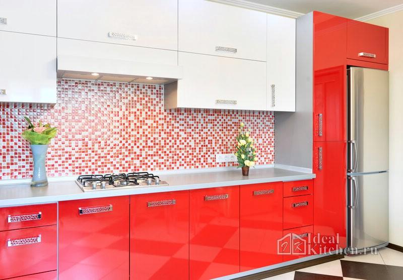 нарядность интерьеру придает сочетание красно-белого гарнитура и мозаики