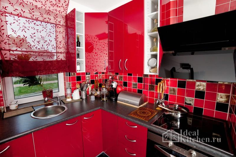 фото кухни в красных оттенках с красными шторами из органзы