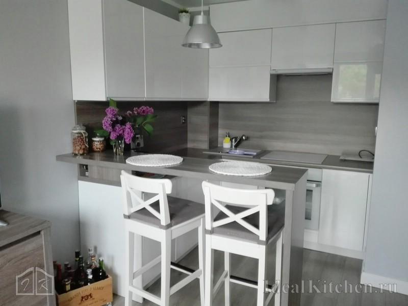 маленькая угловая белая кухня из пластика с барной стойкой
