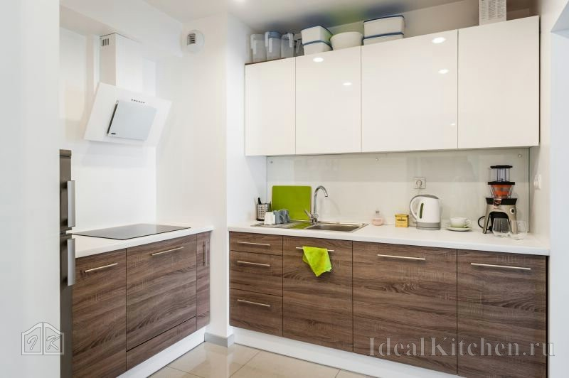 на фото - стильная современная кухня с вентиляционным коробом в углу
