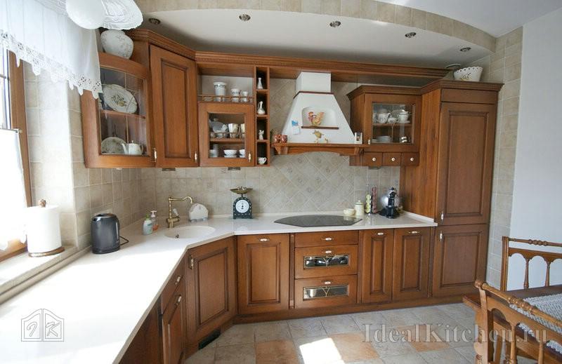 просторная кухня с окном в частном доме в стиле кантри