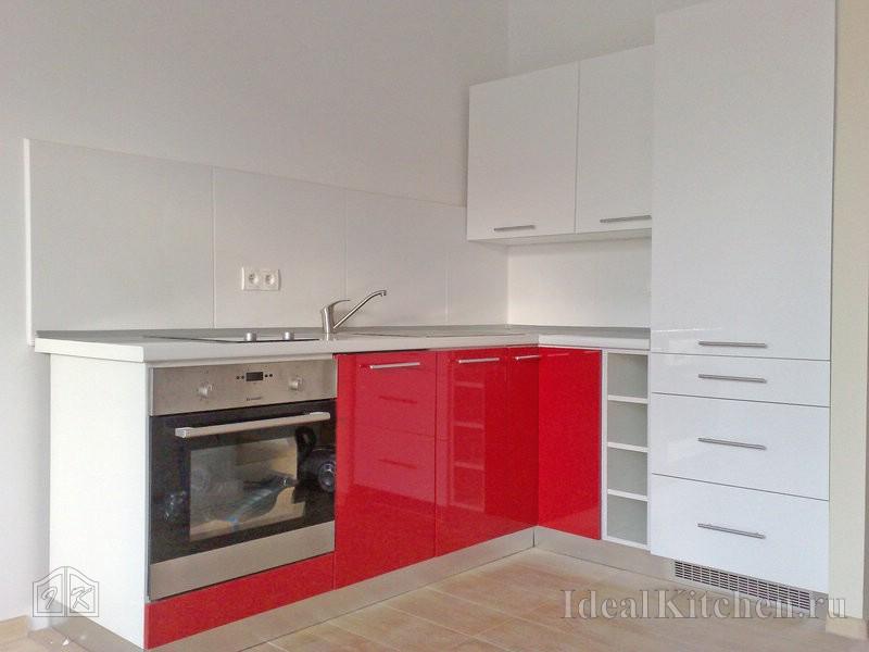кухня ИКЕА с красным низом и белым верхом