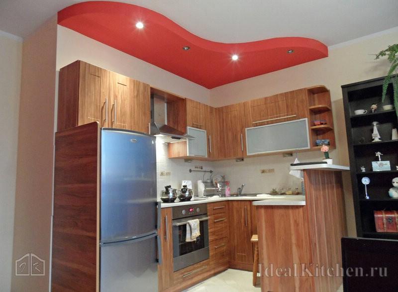 красный потолок в интерьере кухни студии