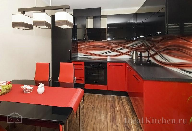 черный стеклянный стол для кухни с красными стульями