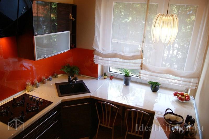 фото малогабаритной кухни с мойкой в углу и барной стойкой у окна