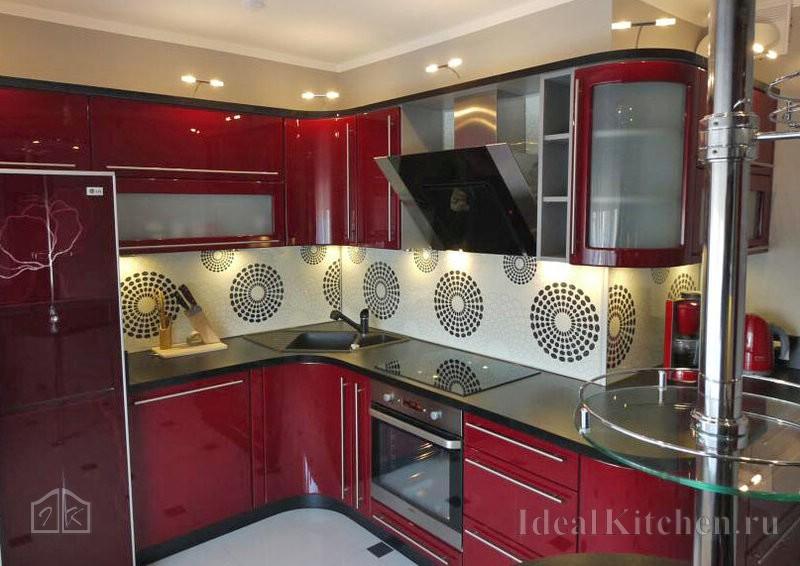 z-образная кухня с радиусными фасадами