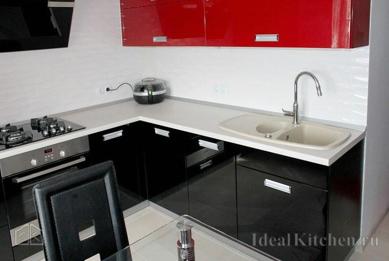 белая плитка и столешница придает черно-красным интерьерам легкость