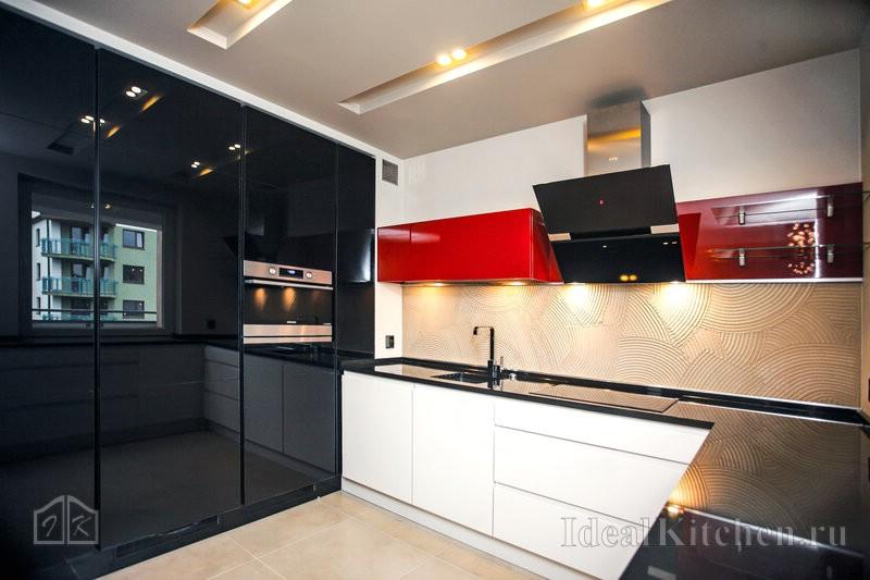 вариант дизайна угловой черно-бело-красной кухни с черной столешницей