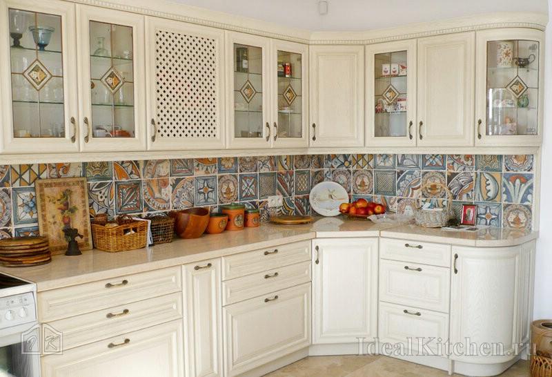 светлая кухня в стиле прованс с фартуком пэчворк