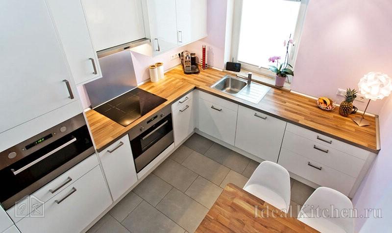 кухня в стиле модерн с прямым углом и мойкой у окна