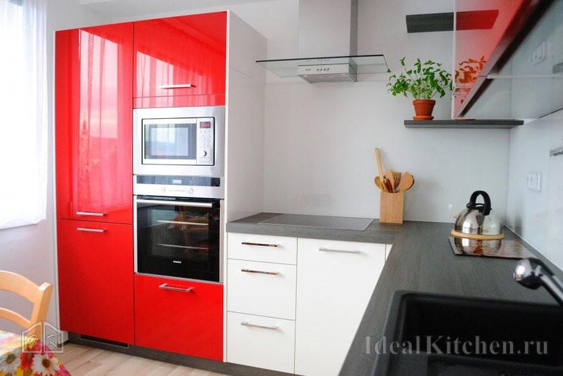 небольшая кухня модерн с ярким дизайном