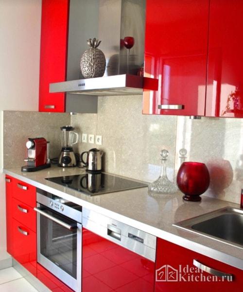 кухня в красных оттенках с бежевым фартуком