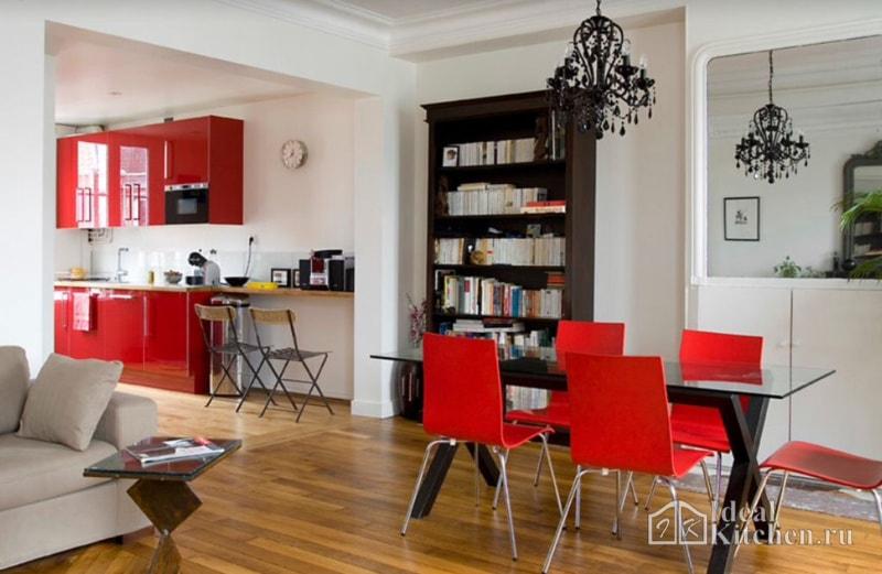 вариант кухни-гостиной с красным гарнитуром