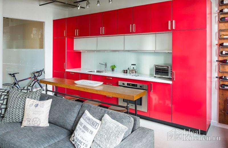 гостиная с алой кухней и серым диваном