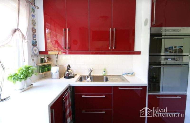 фото кухни красного цвета с белой столешницей и фартуком