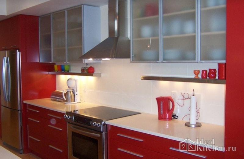 фартук для красной кухни из светлой плитки