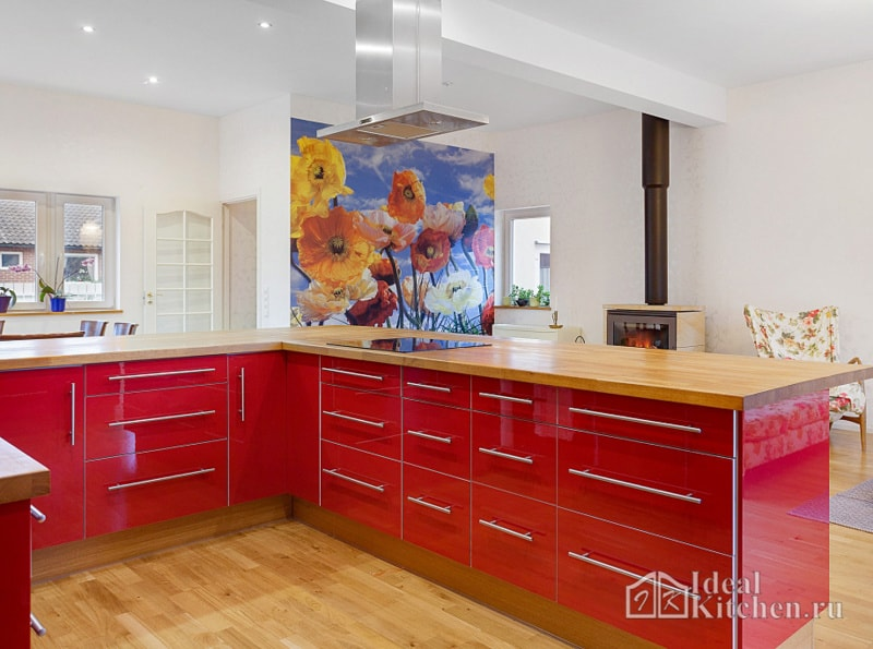 ламинат и медовая деревянная столешница в сочетании с красными фасадами