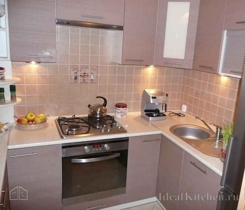 вариант маленькой шестиметровой кухни с холодильником у двери
