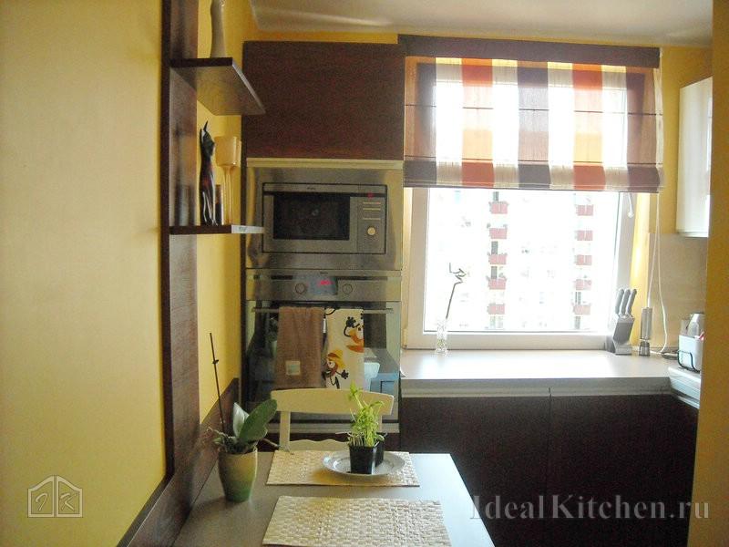 пример планировки интерьера маленькой г-образной кухни со встроенной микроволновкой