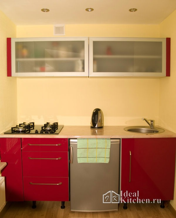 маленький гарнитур с холодильником под столешницей