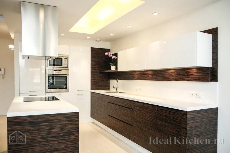 светящееся потолочное фальш-окно с подсветкой в кухне-гостиной