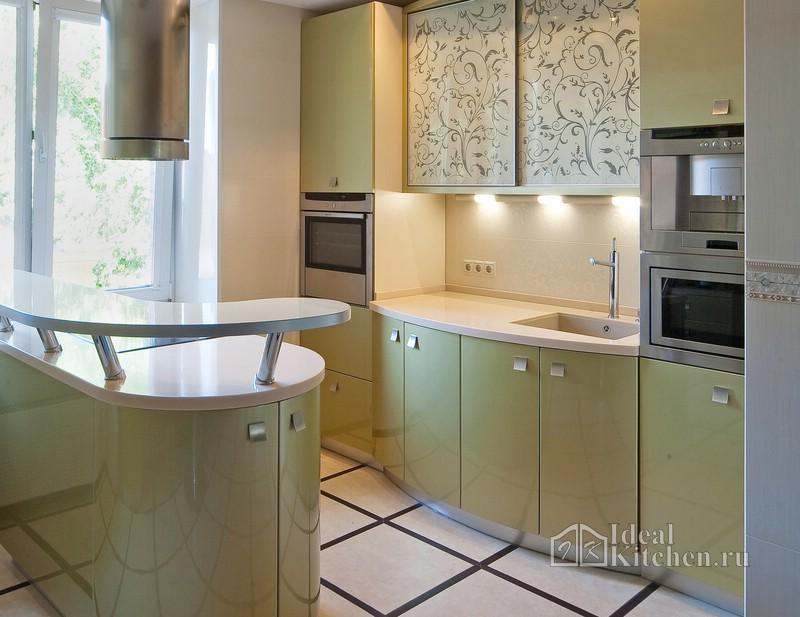 зеленая кухня с радиусными фасадами и барной стойкой