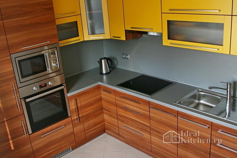 современная кухонная мебель с отделкой под дерево