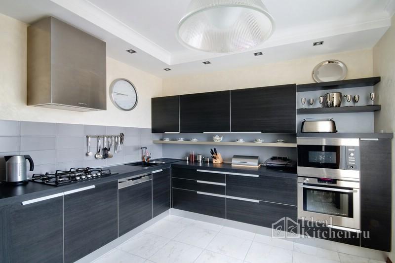 черная кухня с открытыми полками