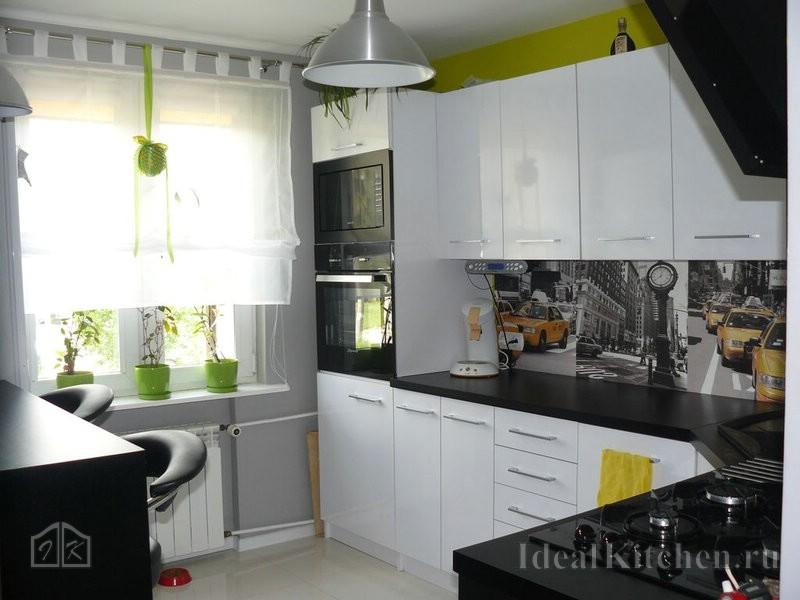 белая кухня с черной столешницей
