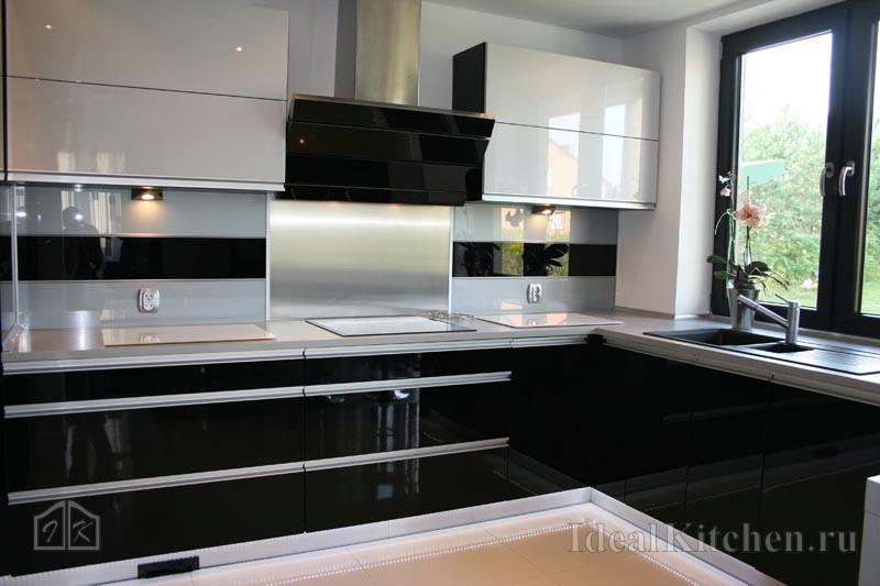 фото черно-белой угловой кухни