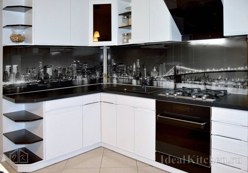 на фото угловая кухня с белым гарнитуром и скинали с фотопечатью