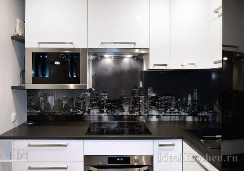 глянцевая бело-черная кухня в маленькой квартире