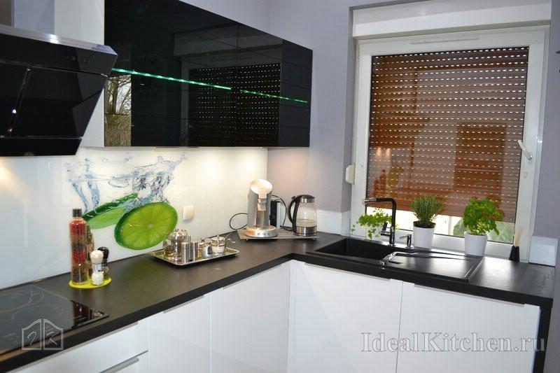 эффектная кухня с темной столешницей