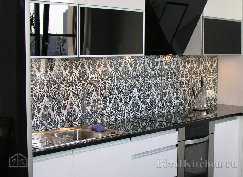 идея оформления черно-белой кухни со стеклянным фартуком
