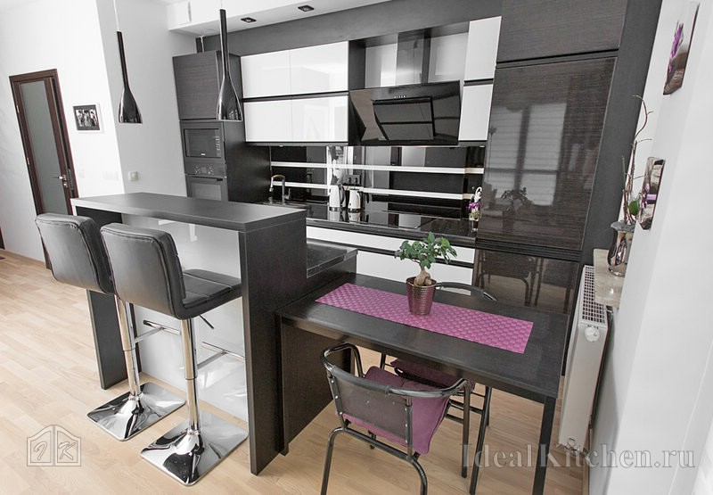 дизайн черно-белой кухни с барной стойкой в гостиной