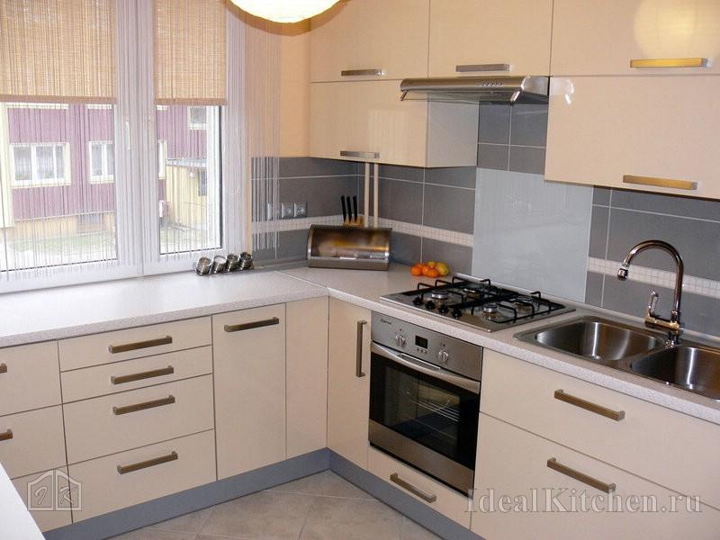 светлая глянцевая кухня в современном стиле