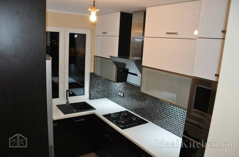 малогабаритная кухня со шкафами до потолка