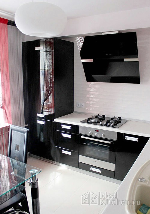 черная глянцевая кухня с белой столешницей
