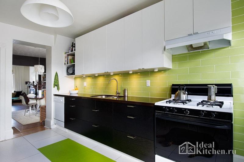 пример оформления черно-белой кухни с ярким фартуком