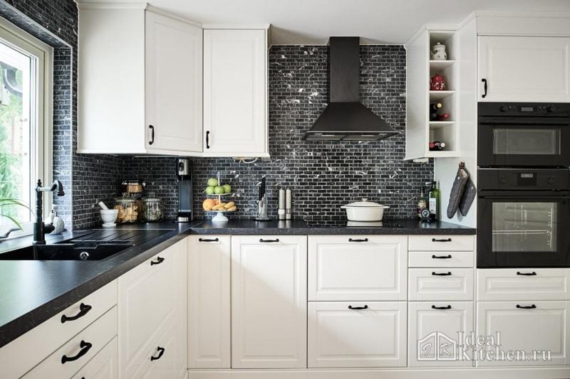 белая кухня с черными ручками и встраиваемой техникой