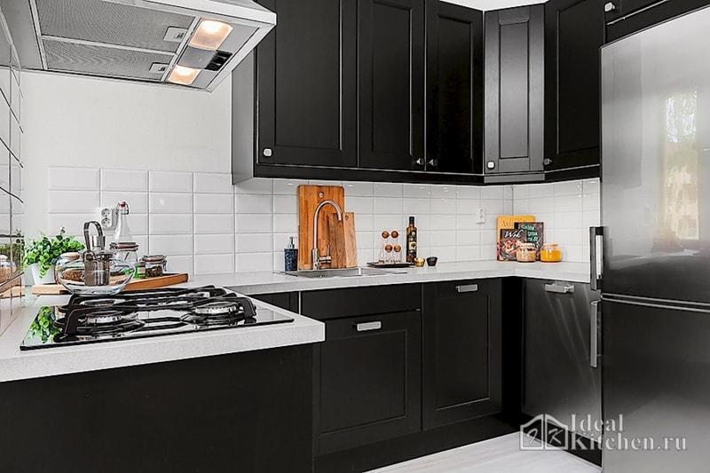 небольшая кухня с матовым черным гарнитуром
